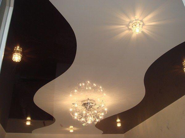 Натяжной потолок двух цветов